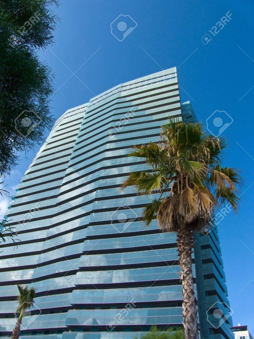 Edificio Moderno Con Cielo Blu E Le Pareti Di Vetro Foto Royalty ...