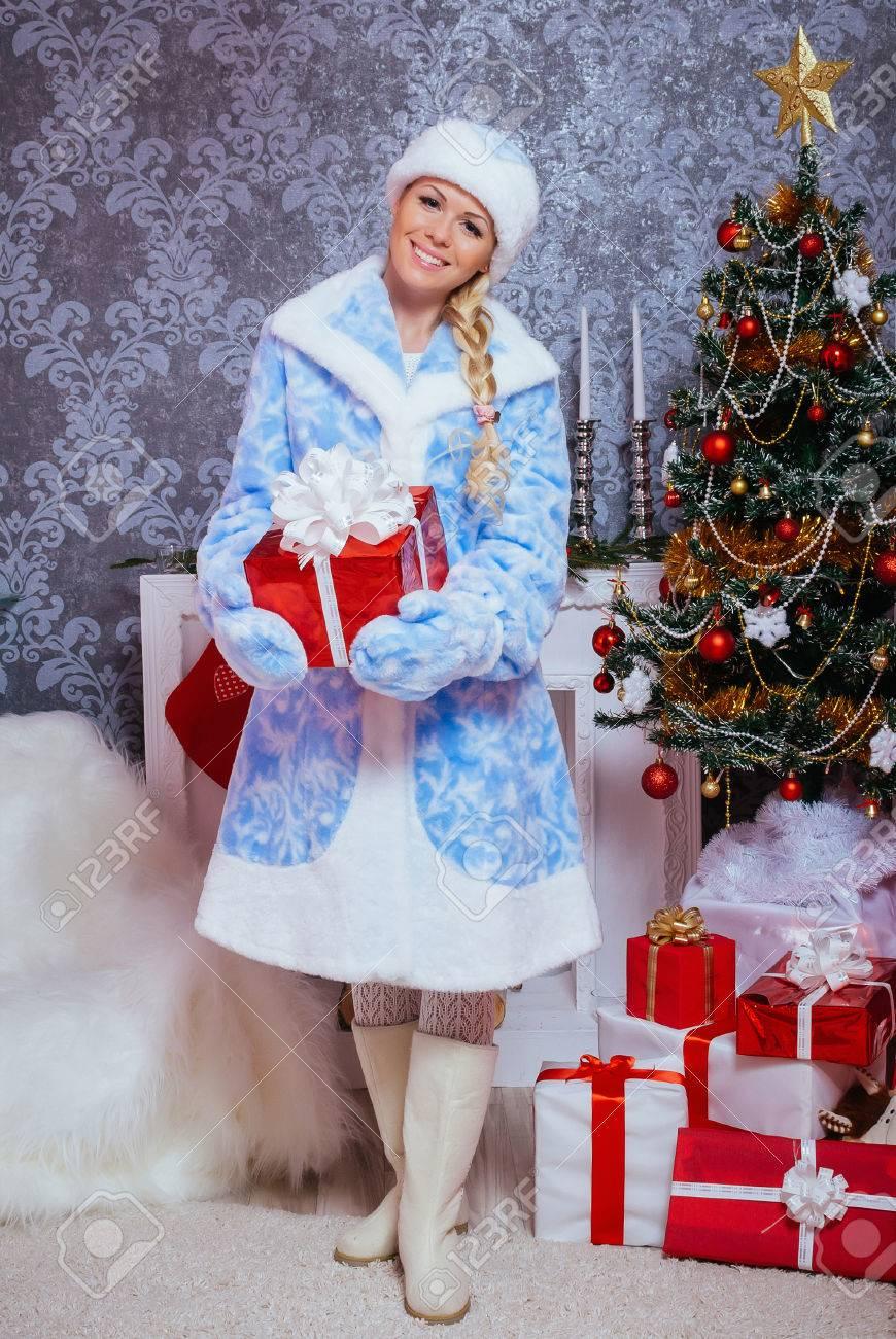 Belle Snegurochka Russe Assied Cadeaux Pres D Un Arbre De Noel Et
