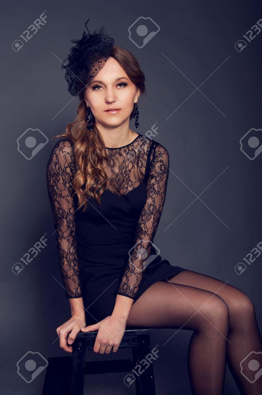 Mujer Joven Elegante En Vestido De Encaje Negro Y Sombrero De Velo ...