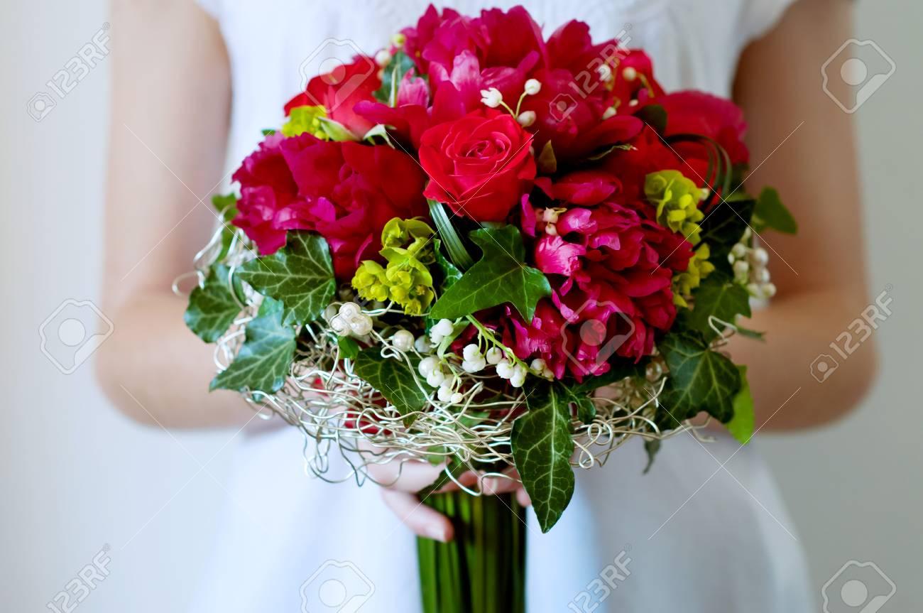 Frische Brautstrauss Tiefrote Sommerblumen Rosen Pfingstrosen