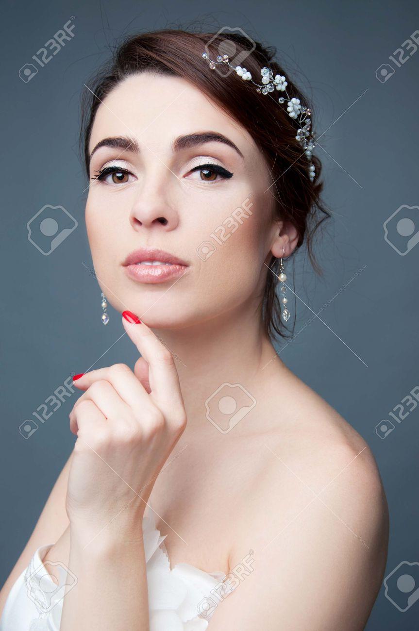 Elegante Braut Mit Braunen Kurzen Haaren Updo Und Nackten Schultern