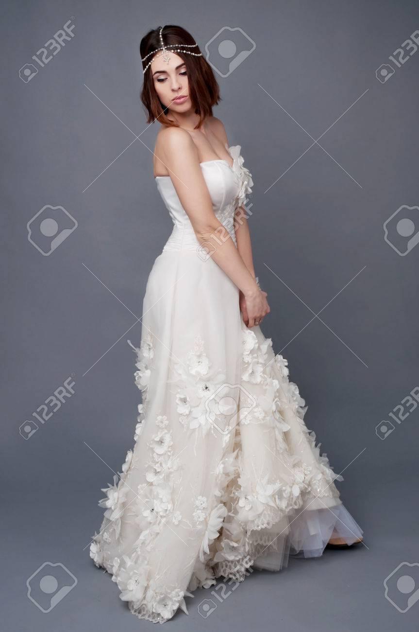 Brunettebraut Tikka Kopfstück Und Trägt Weiße Brautkleid. Braut ...
