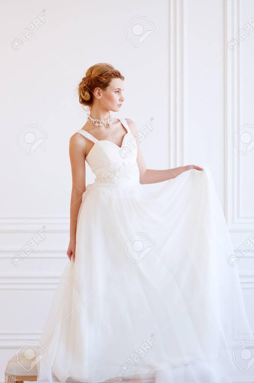 Junge Erwachsene Kaukasischen Blonde Braut Im Weißen Kleid Licht ...
