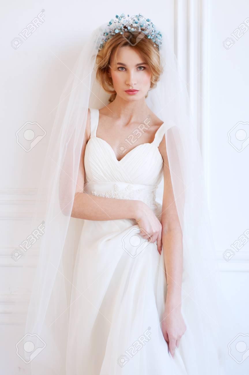 Etwas Blau. Blonde Braut Mit Perlen Kopfbedeckung Tragen Weiße Kleid ...