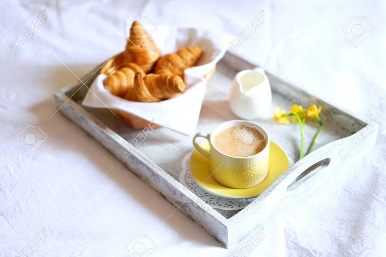 Colazione A Letto Romantica.Immagini Stock Colazione A Letto Pasto Romantico In Vassoio Di