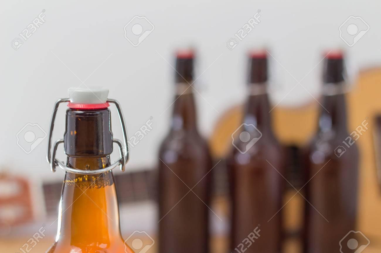 Nahaufnahme Von Einer Ungeöffneten Braunen Glasbierflasche Mit Einer ...
