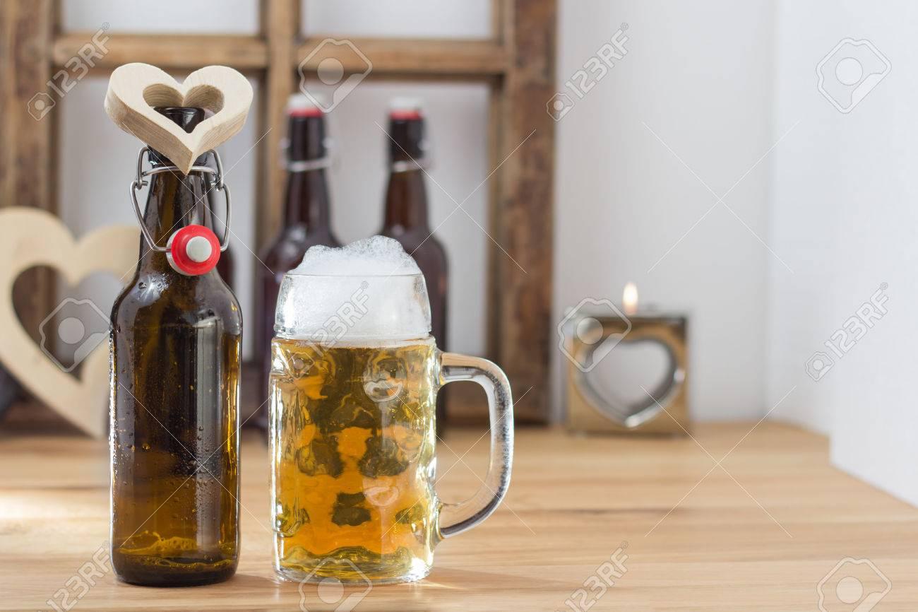 Ich Liebe Bier-Konzept Mit Einem Herzförmigen Ausschnitt Um Den Hals ...
