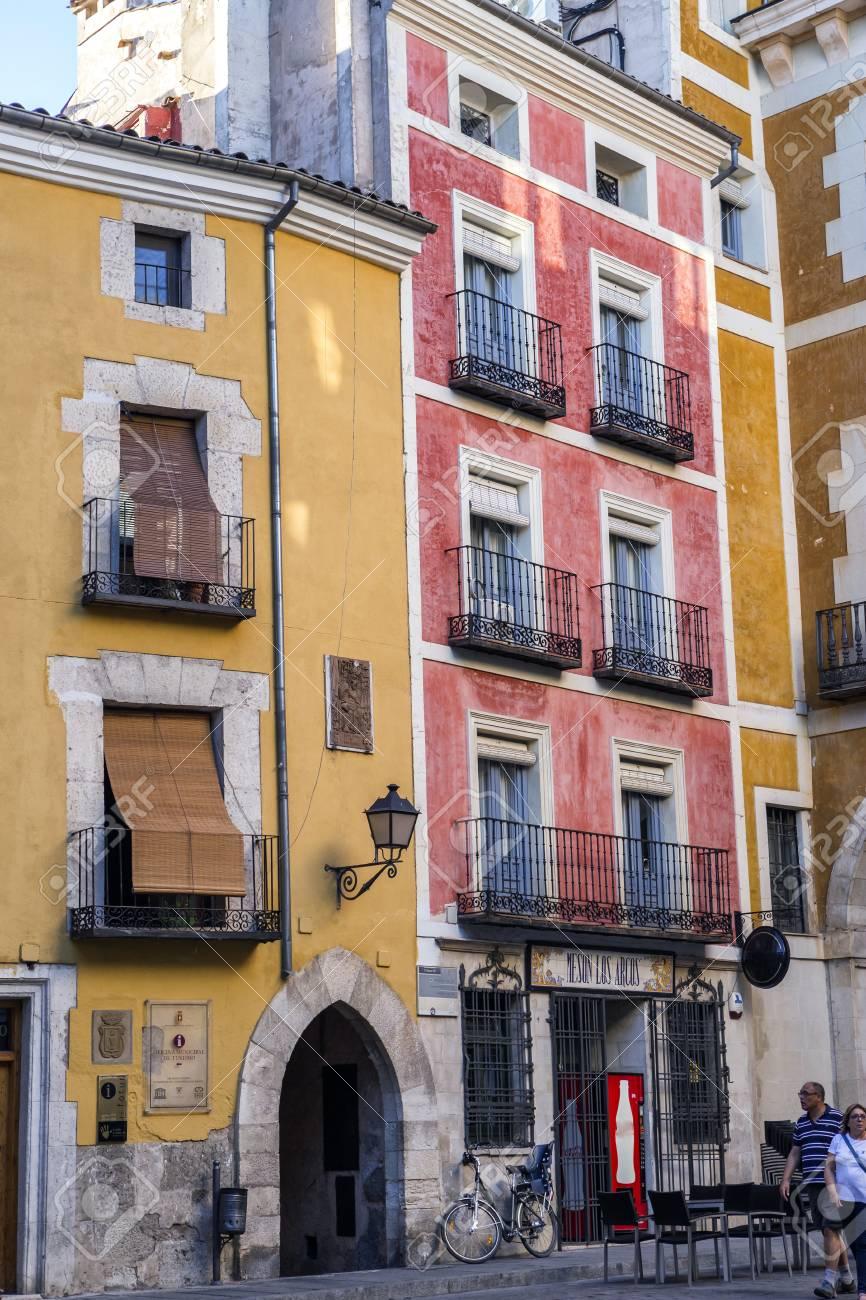 Colori Per Facciate Case case tipica costruzione nel centro storico della città di cuenca, facciate  dipinte con colori viventi, cuenca, spagna