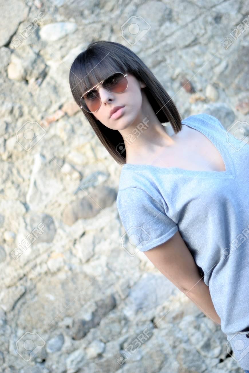 a basso prezzo 99e12 60d47 Ritratto di una ragazza adolescente con occhiali da sole. Questa foto è  stata scattata con una Nikon. Per ulteriori immagini di questo modello, si  ...