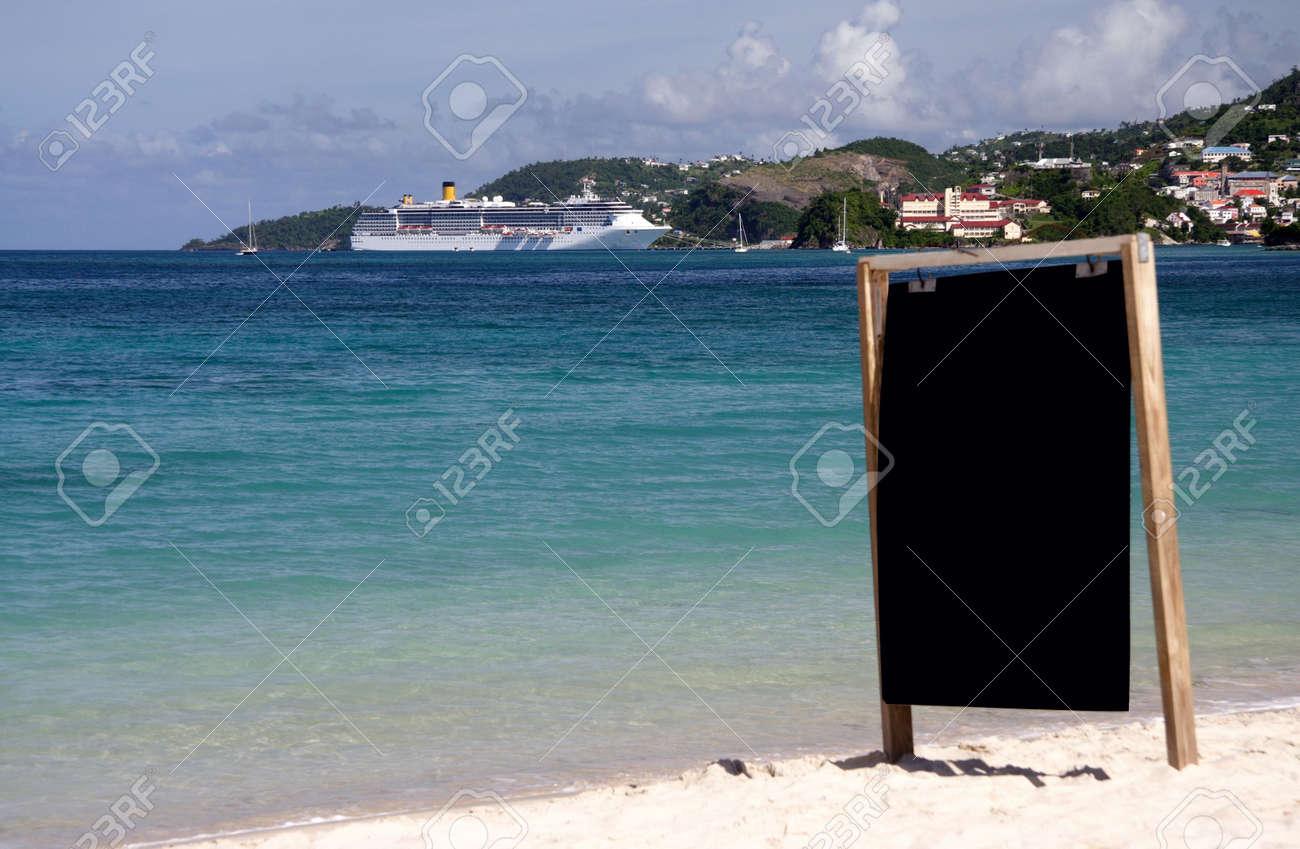 7dcc4cd71e8a4 Foto de archivo - Llanura bordo de la información sobre una playa solitaria