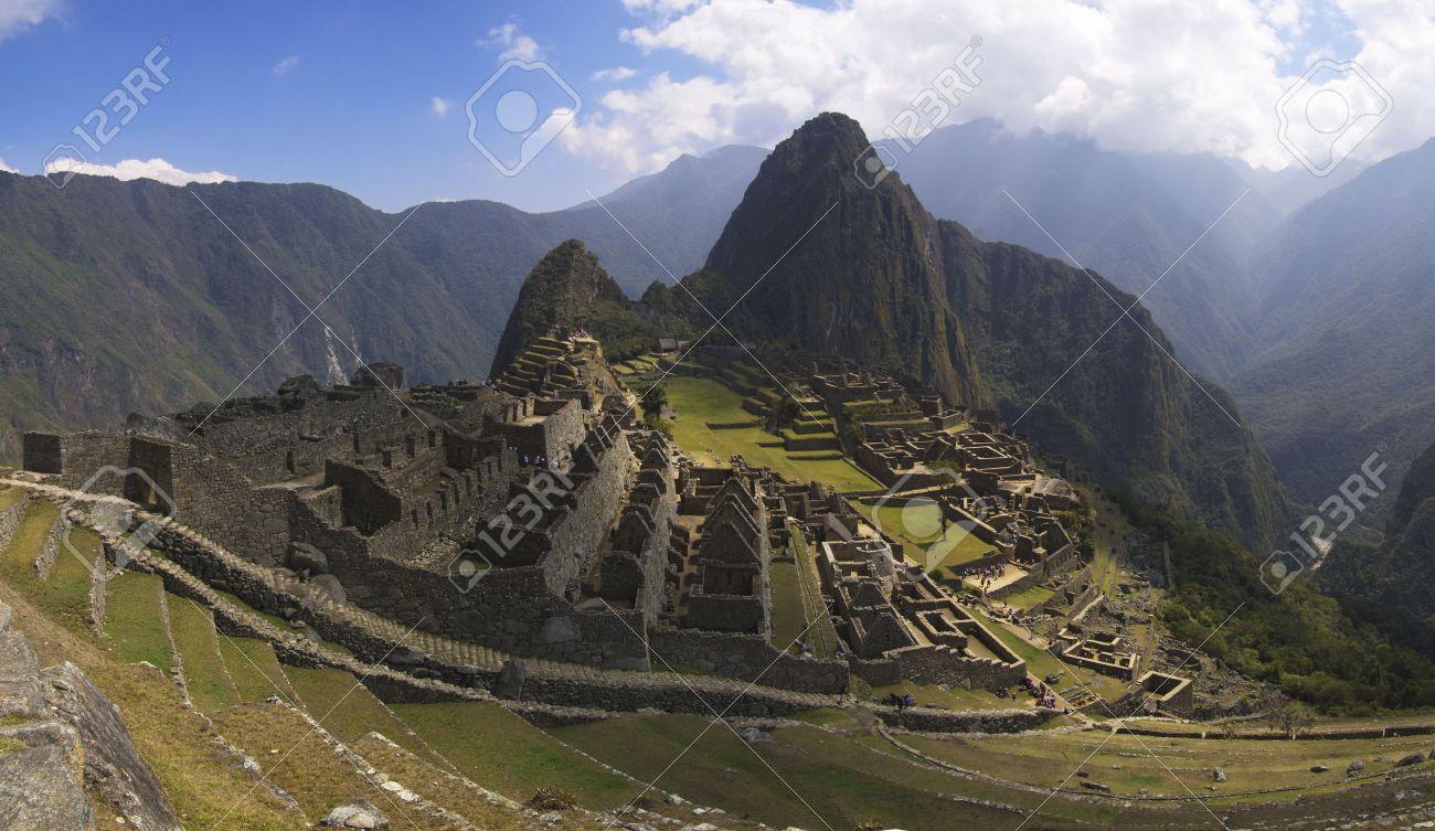 Machu Picchu Porte Principale Mur D Enceinte Et Escalier Extérieur Sous La Lumière Du Soleil Inégale