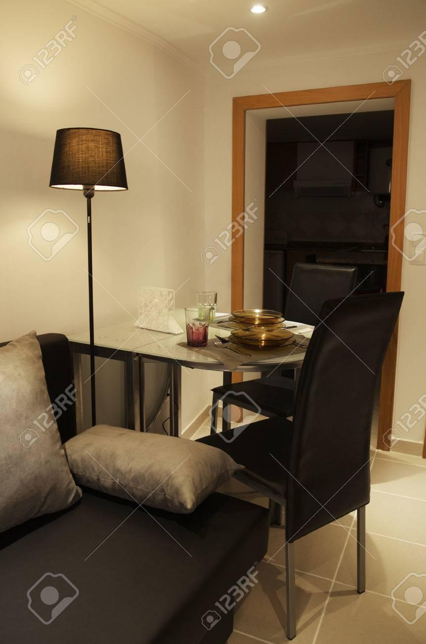 Faszinierend Stehlampe Esstisch Referenz Von Eine Kleine Und Gemütliche Raum Mit Esstisch,