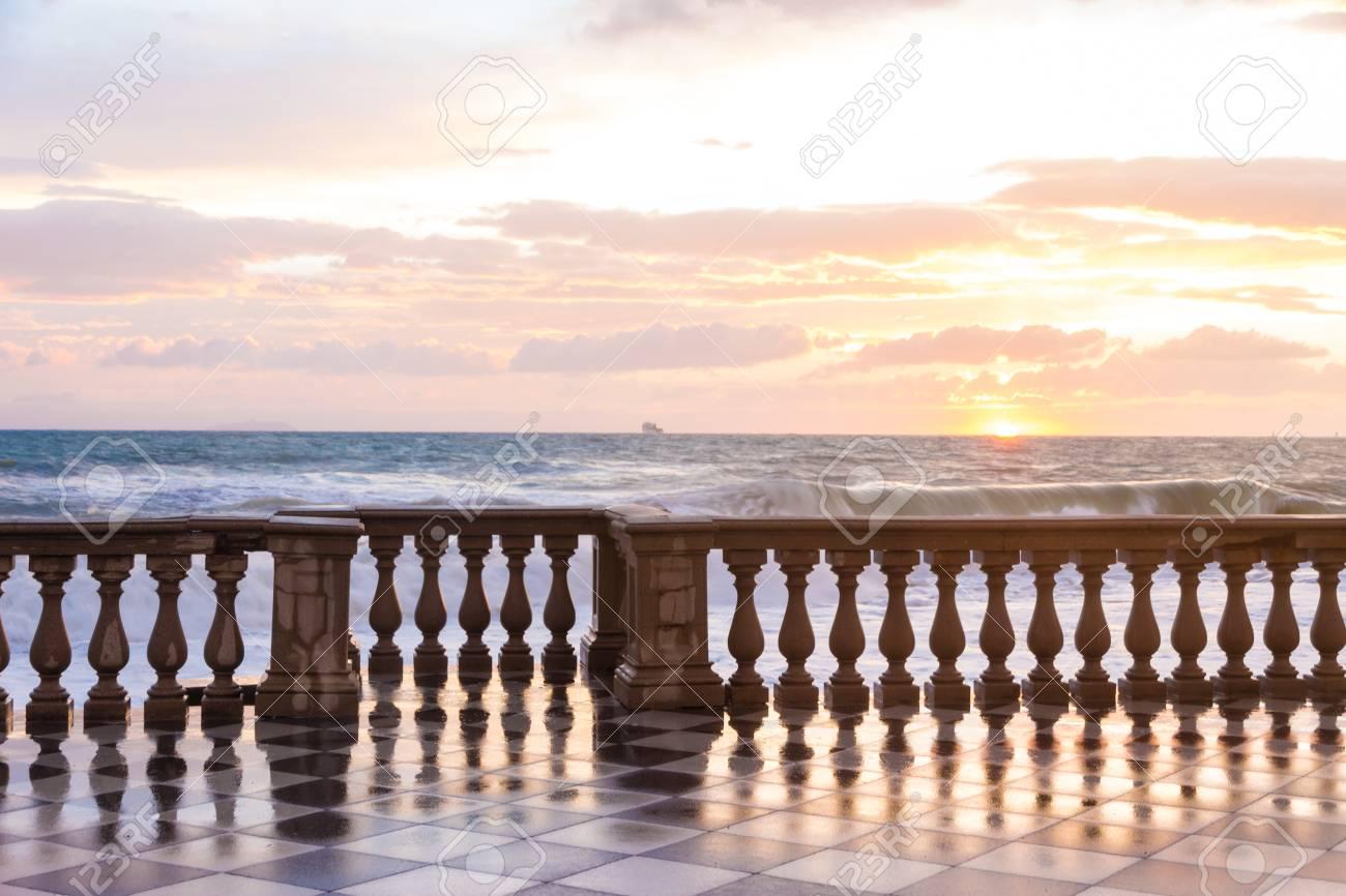 La Terrazza Mascagni è Una Vasta Sinuosa Belvedere Suggestiva Verso Il Mare A Livorno Italia
