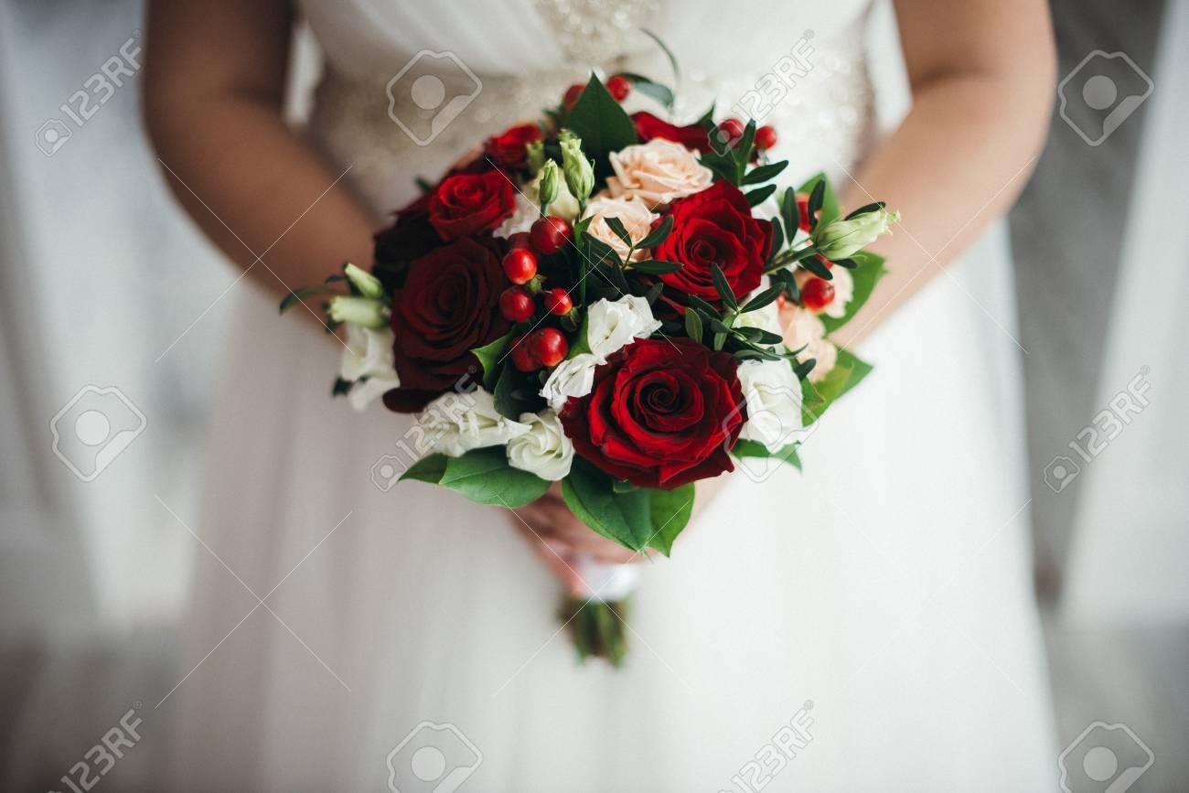 Bouquet Sposa Rose Rosse.Immagini Stock Bouquet Da Sposa Di Rose Rosse Isolato Su Bianco