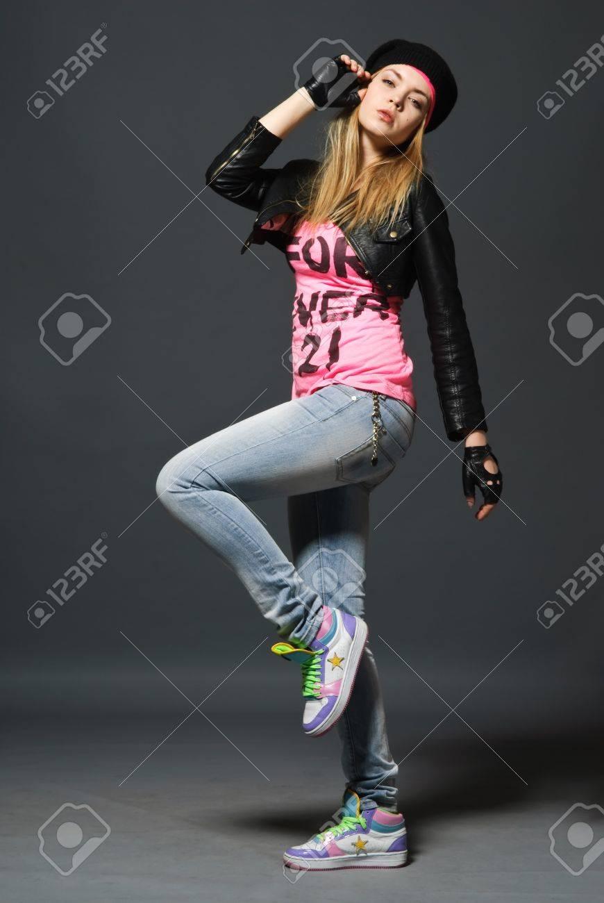 Foto de archivo - Retrato de moda de niña enguantada vistiendo el sombrero ff0ad5f21bb
