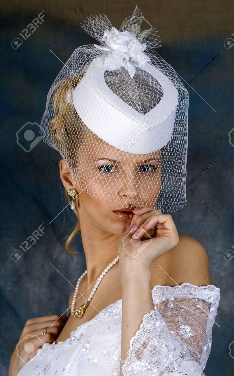 Porträt Des Lächelnden Blondine Im Weißen Brautkleid Und Hut Mit ...