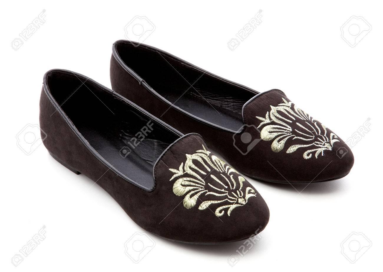 ddf077ef 24298422--zapatos-negros-de-la-mujer-sobre-un-fondo-blanco.jpg