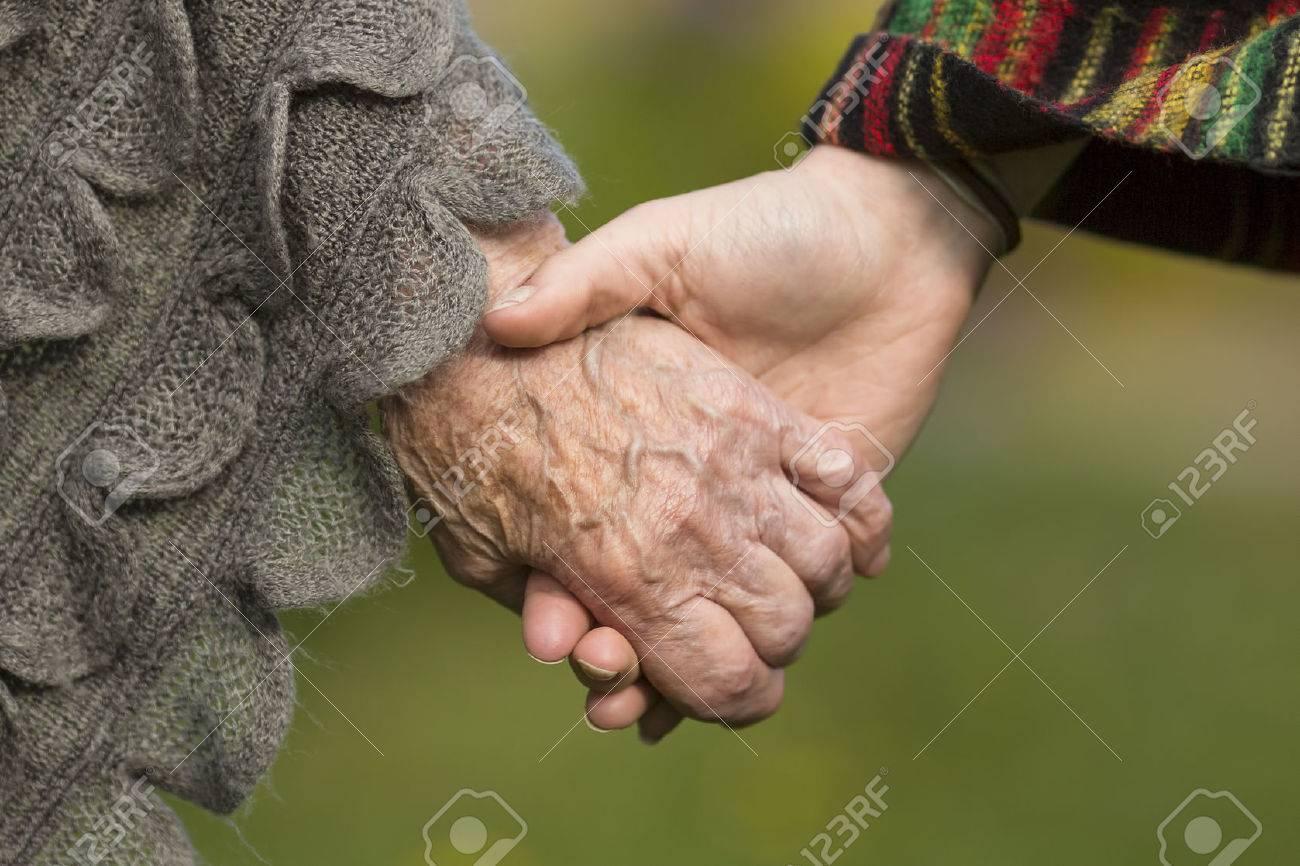 Tomados De La Mano Juntos Viejos Y Jóvenes Primer Plano Al Aire