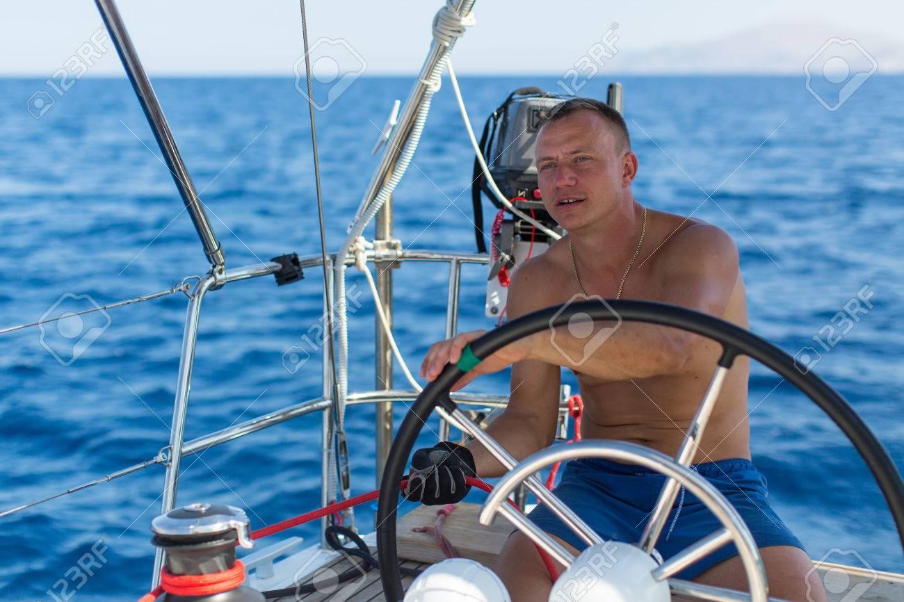 Barre Yacht La Des À Bateau Capitaine Mer De Voile Pendant Commandes D'un Course L'homme xthQrdCs