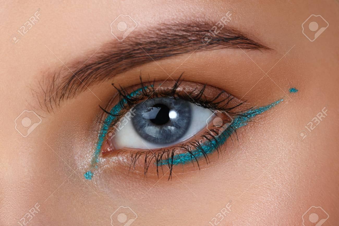 Blaue Augen. Augen Makeup. Schöne Augen Make-up. Ferien Make-up Detail.  Lange Wimpern. Close-up Schuss von weiblichen Augen-Make-up