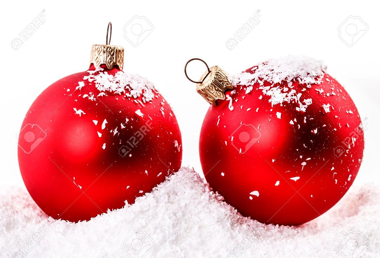 Boule De Noël Rouge Dans La Neige Banque D'Images Et Photos Libres