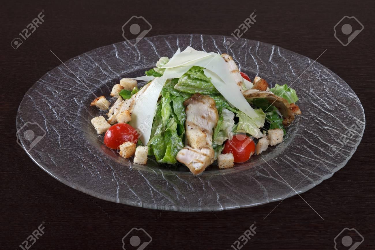 Salade De Viande De Poulet Grillee Laitue Tomates Et Croutons