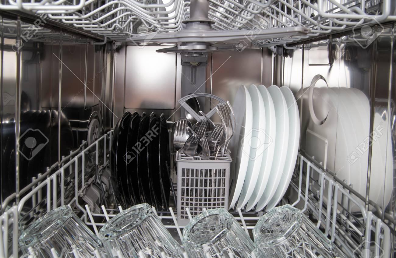 Geschirr Nach Dem In Einer Modernen Geschirrspulmaschine Reinigen