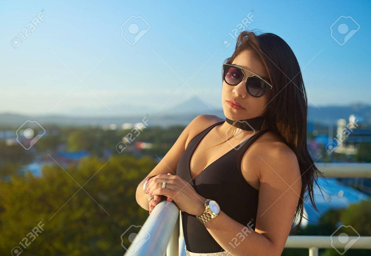 enorme sconto 2ca0f 08828 Glamur ragazza con gli occhiali da sole e orologio d'oro su sfondo della  città