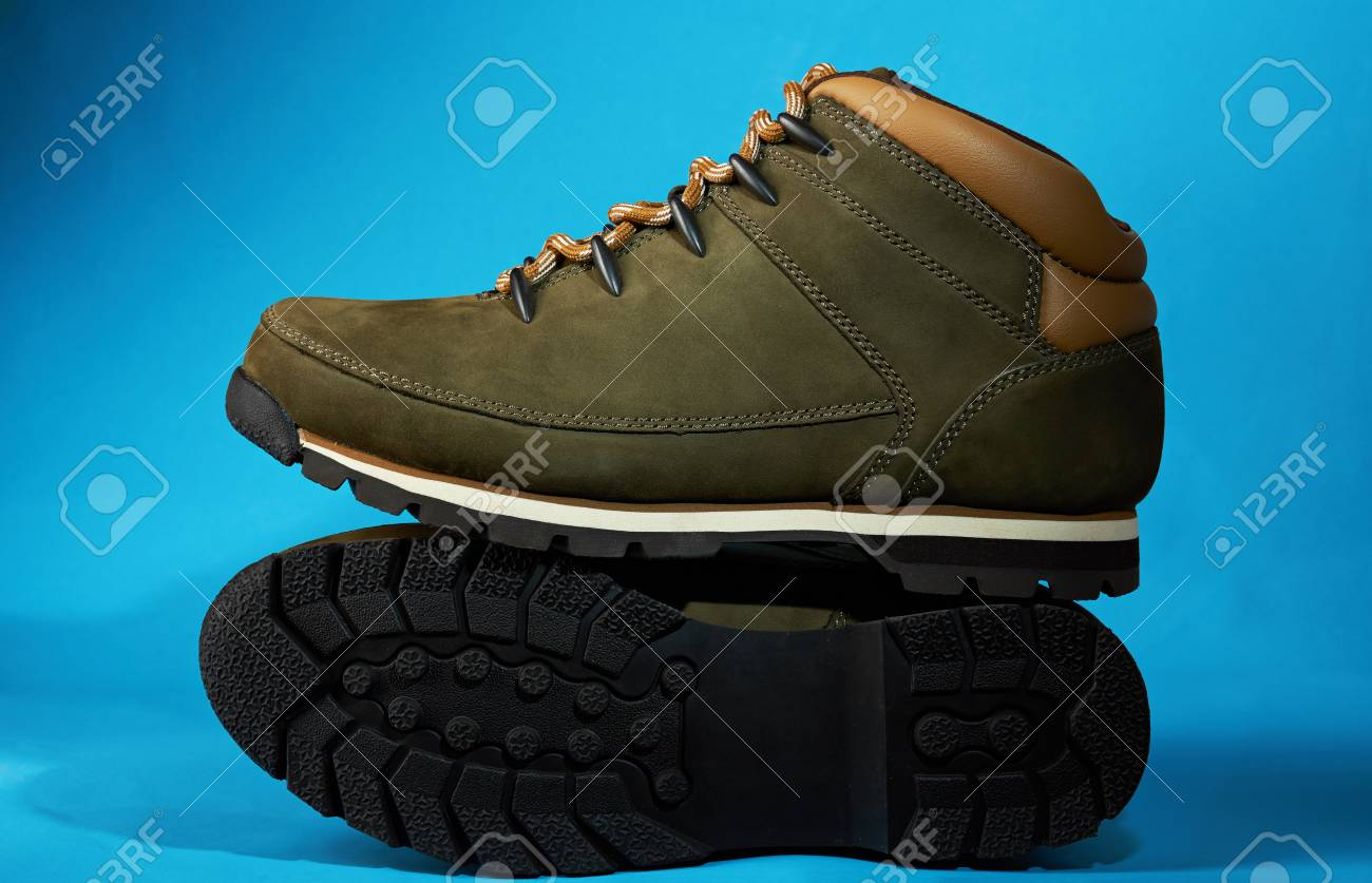 características sobresalientes últimos diseños diversificados gran selección Exhibición de nuevos zapatos modernos de la caminata aislados en fondo  azul. Par de botas de montaña limpias