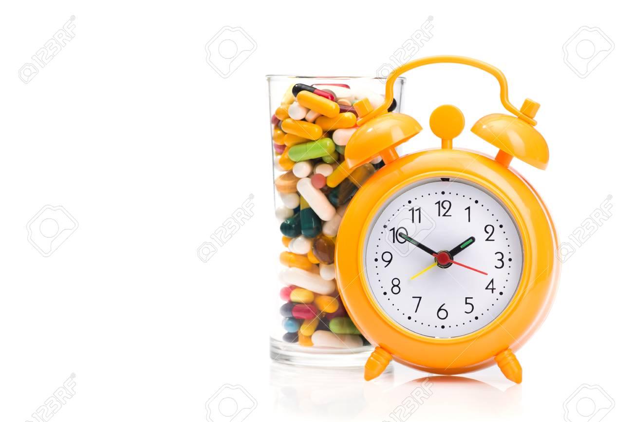 Medicijn Alarm Kind.Orange Alarm Clock And Medical Pills Isolated On A White Background