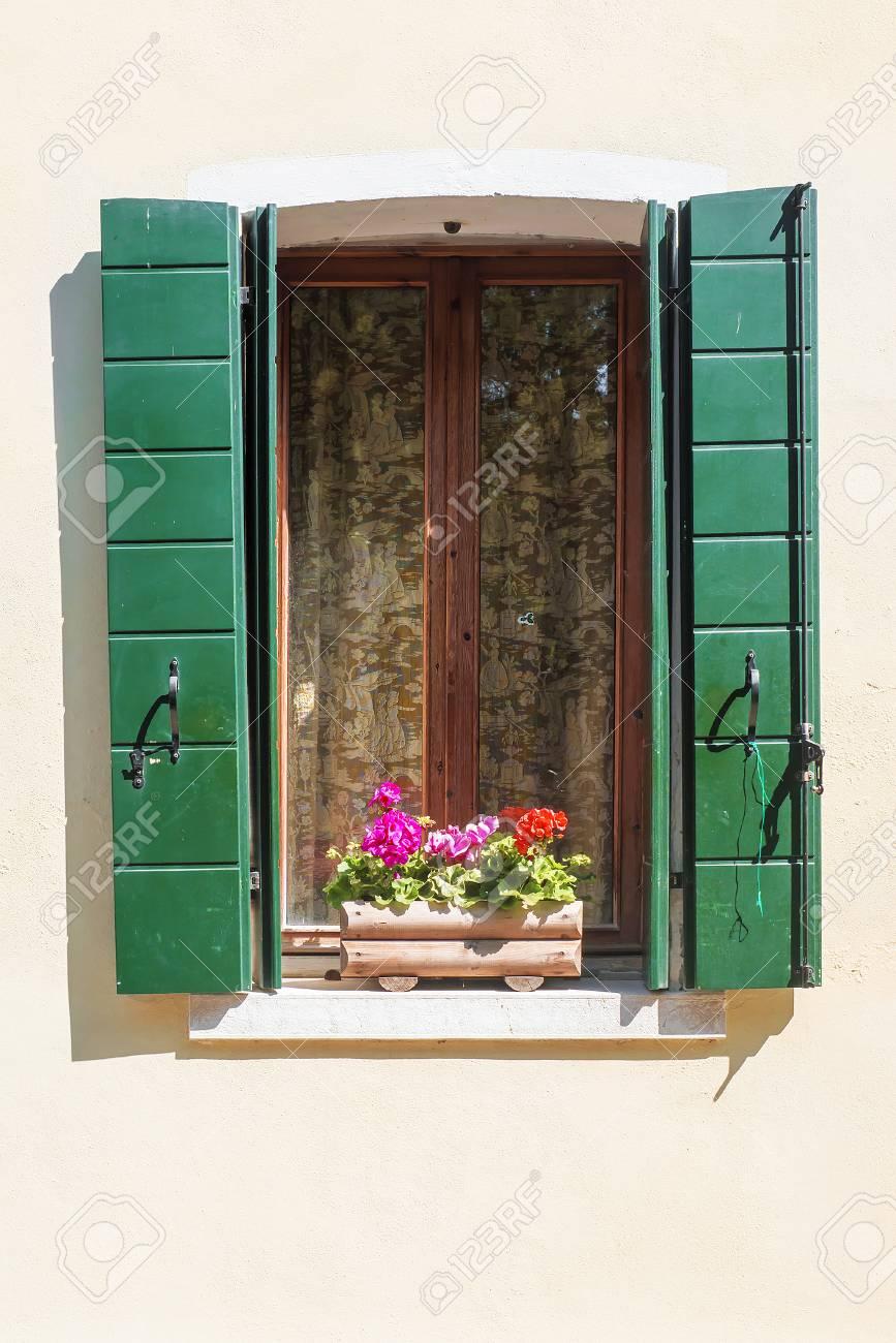 Fenster Mit Rollladen Mit Blumen Auf Dem Fensterbrett Lizenzfreie
