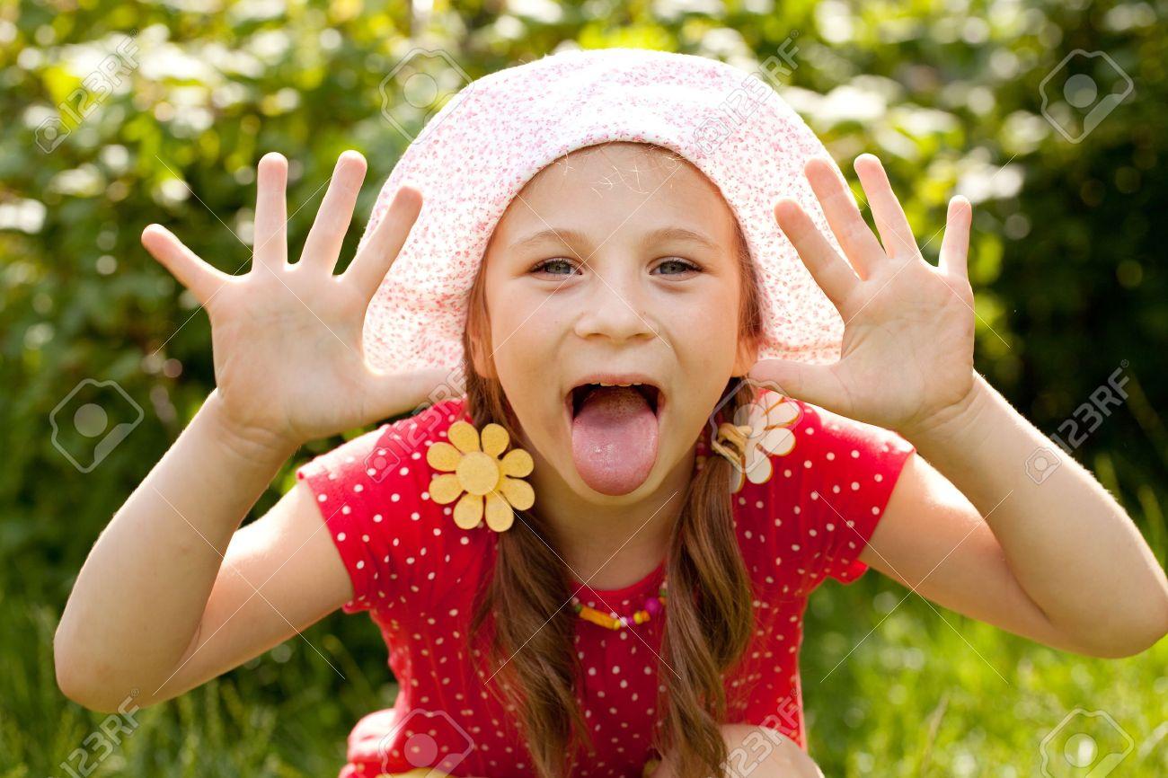 Фото девочка показывает язык 11 фотография