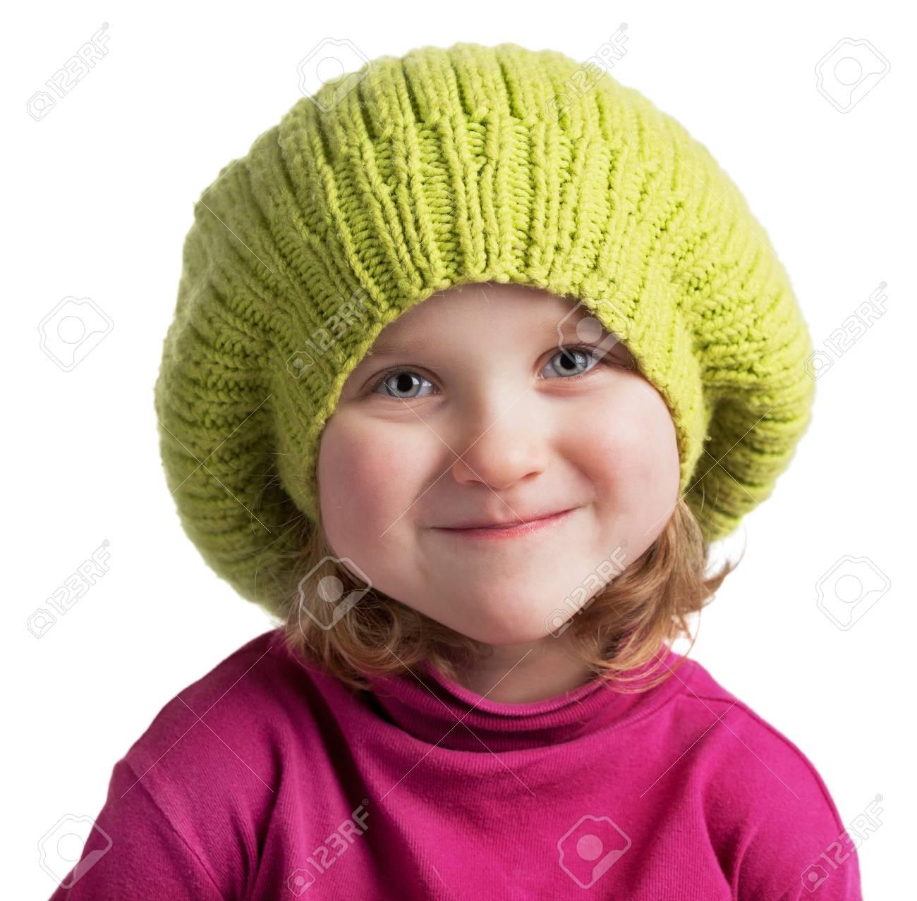 d122a6a3b7b0d Foto de archivo - Niña feliz en un gorro de lana verde
