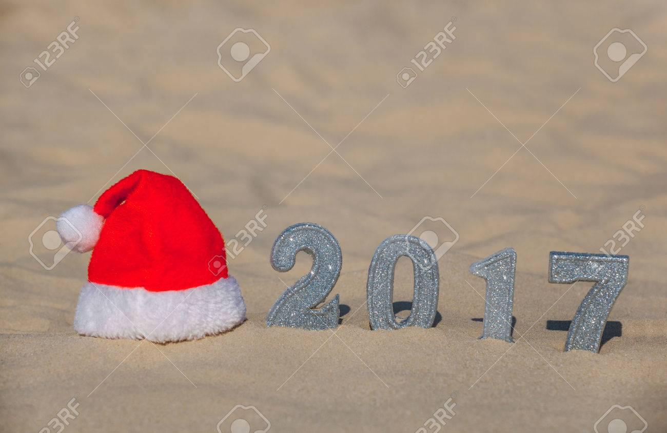 bded5d9948346 El Sombrero Rojo De Papá Noel Está En La Playa