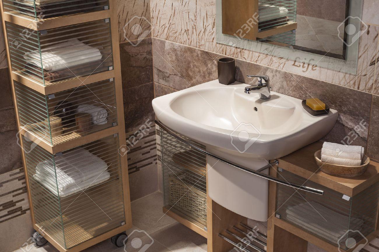 Detalle de un moderno cuarto de baño con lavabo y armario para toallas