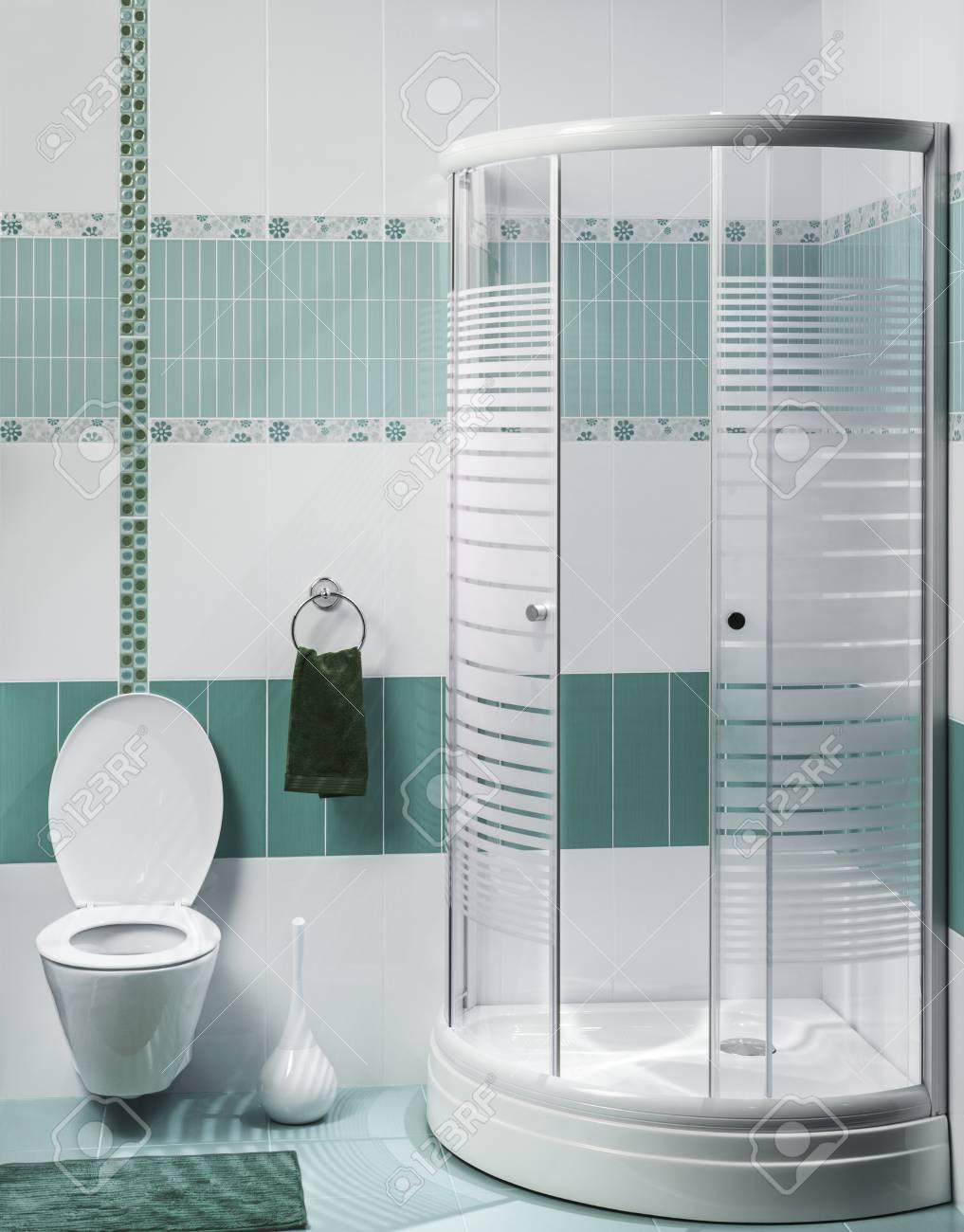 Ausschnitt Aus Einem Modernen Badezimmer Interieur Mit Luxus-Dusche ...