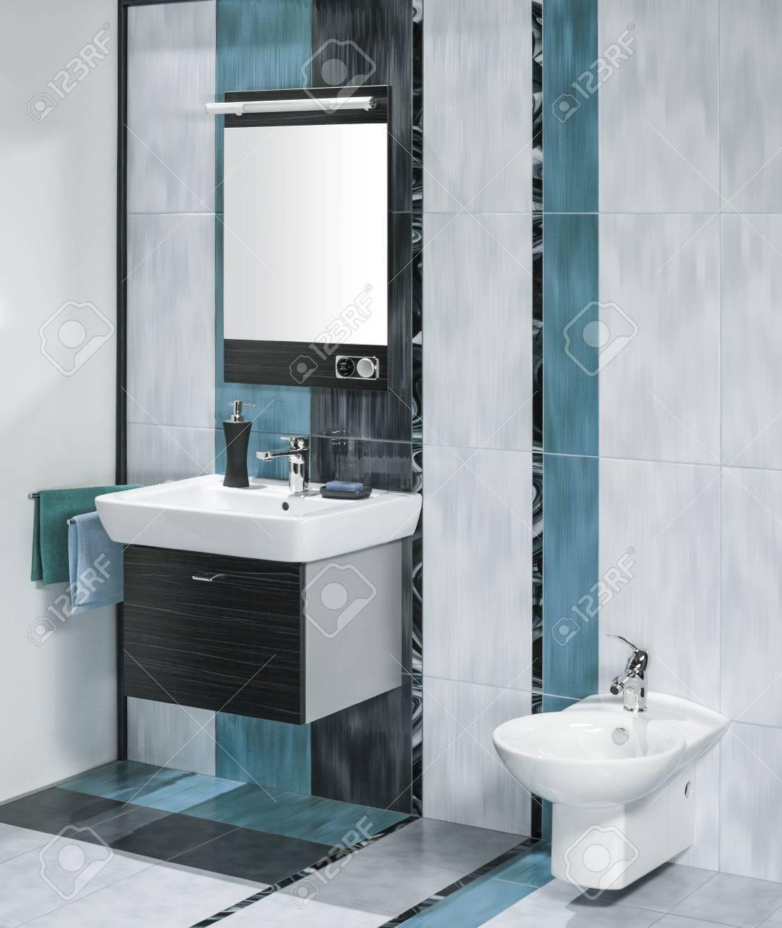Ausschnitt Aus Einem Luxuriösen Badezimmer Interieur Mit Miror Und ...
