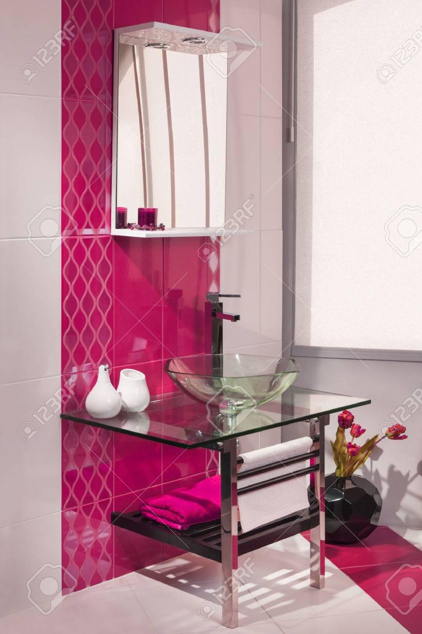 Charmant Banque Du0027images   Détail Du0027un Intérieur De Salle De Bain Moderne En Rose Et  Blanc Avec évier De Verre