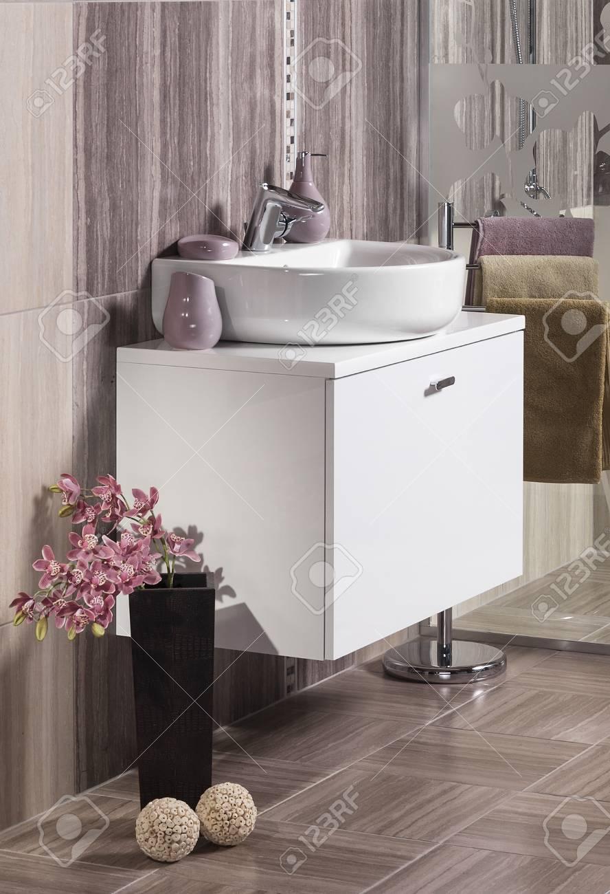 Detail Eines Modernen Badezimmer Mit Waschbecken Und Zubehör ...