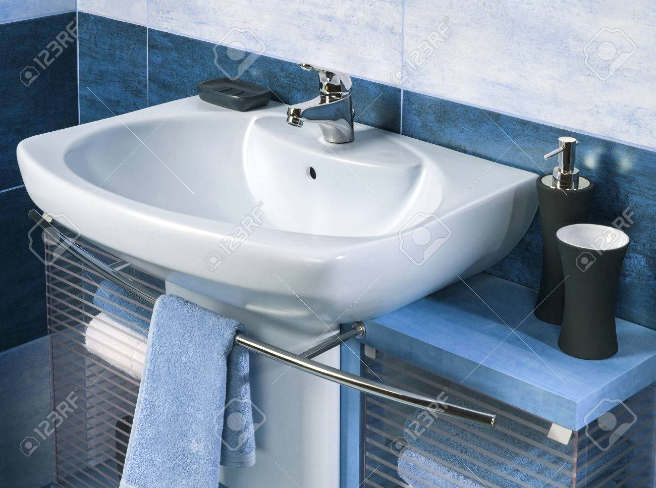 Detalle de un moderno cuarto de baño con lavabo y accesorios, mueble de  baño y azulejos del baño blye