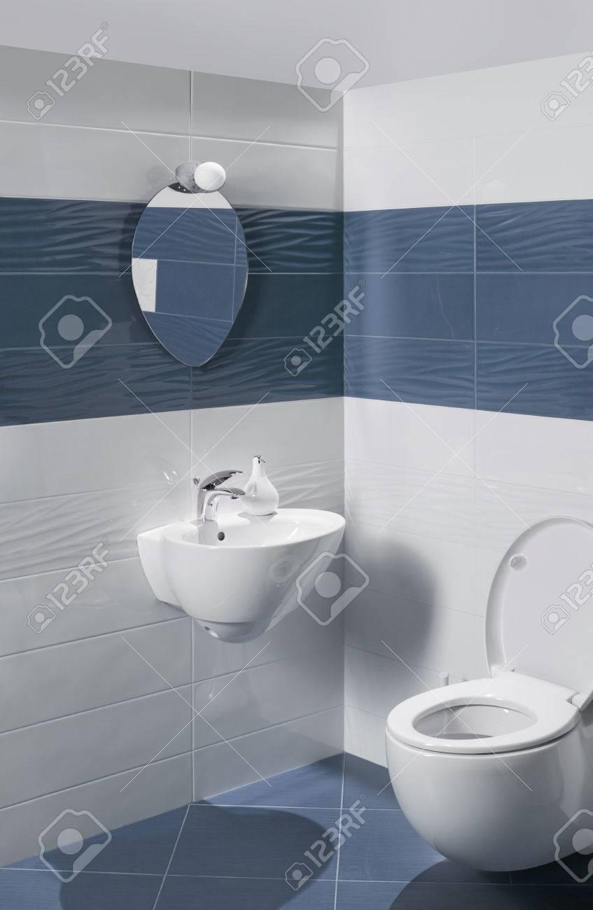 Geräumig Bad Waschbecken Das Beste Von Schöner Innenraum Mit Und Wc Standard-bild -