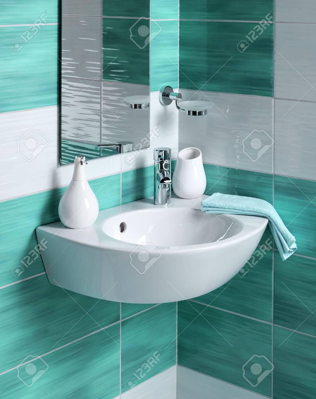 Detalle de un moderno cuarto de baño con lavabo y accesorios