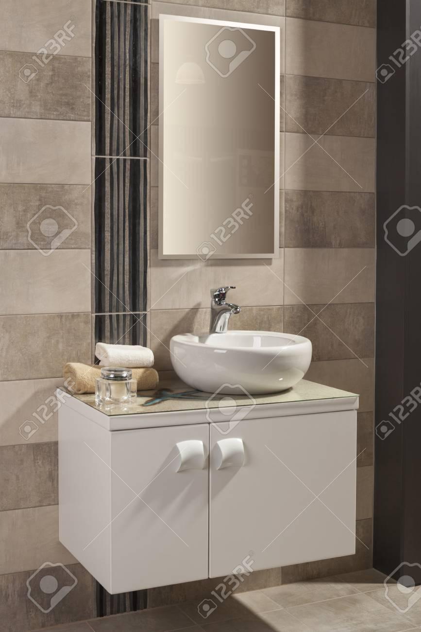 Runde Weiße Waschbecken In Einem Modernen Badezimmer Lizenzfreie ...