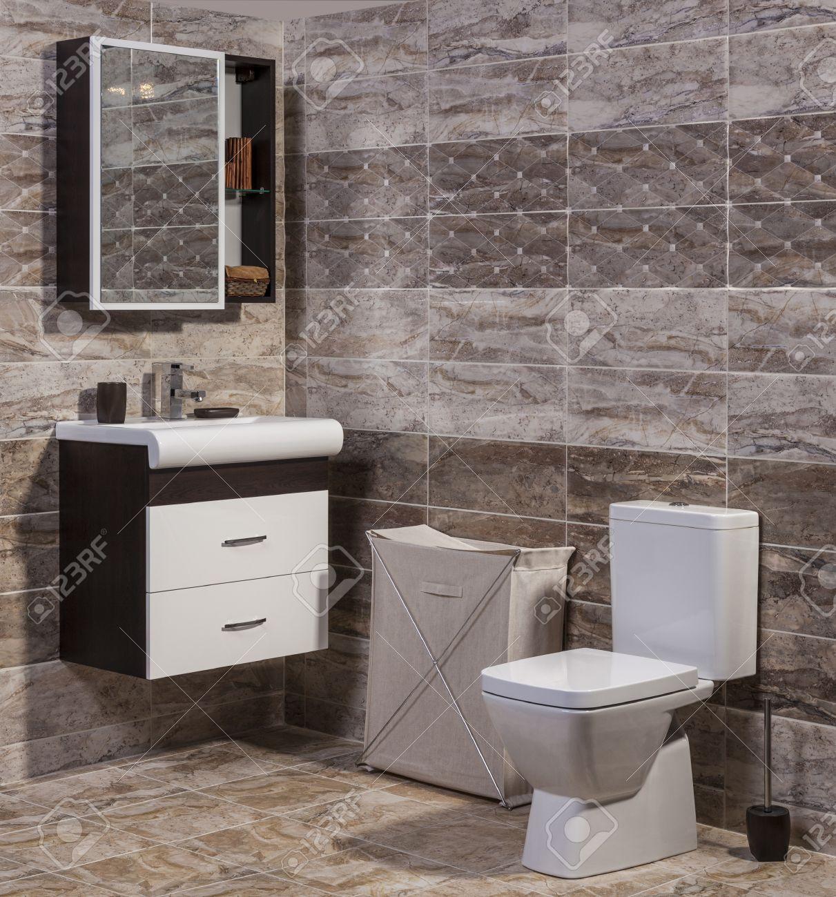 allinterno di bagno alla moda wc e lavandino e piastrelle ceramiche moderne archivio