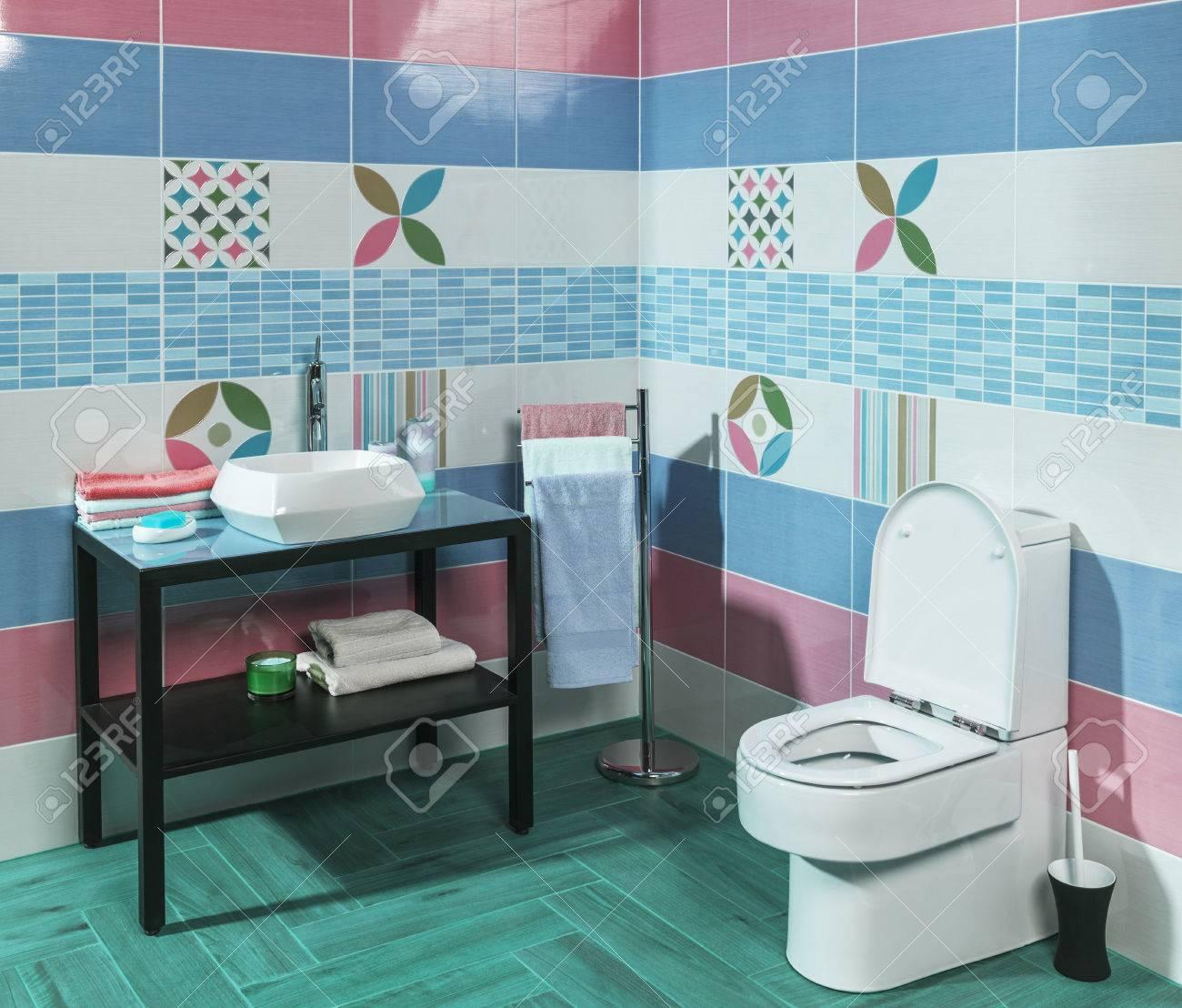 interno della elegante bagno moderno con piastrelle blu e rosa ... - Bagni Colorati Moderni