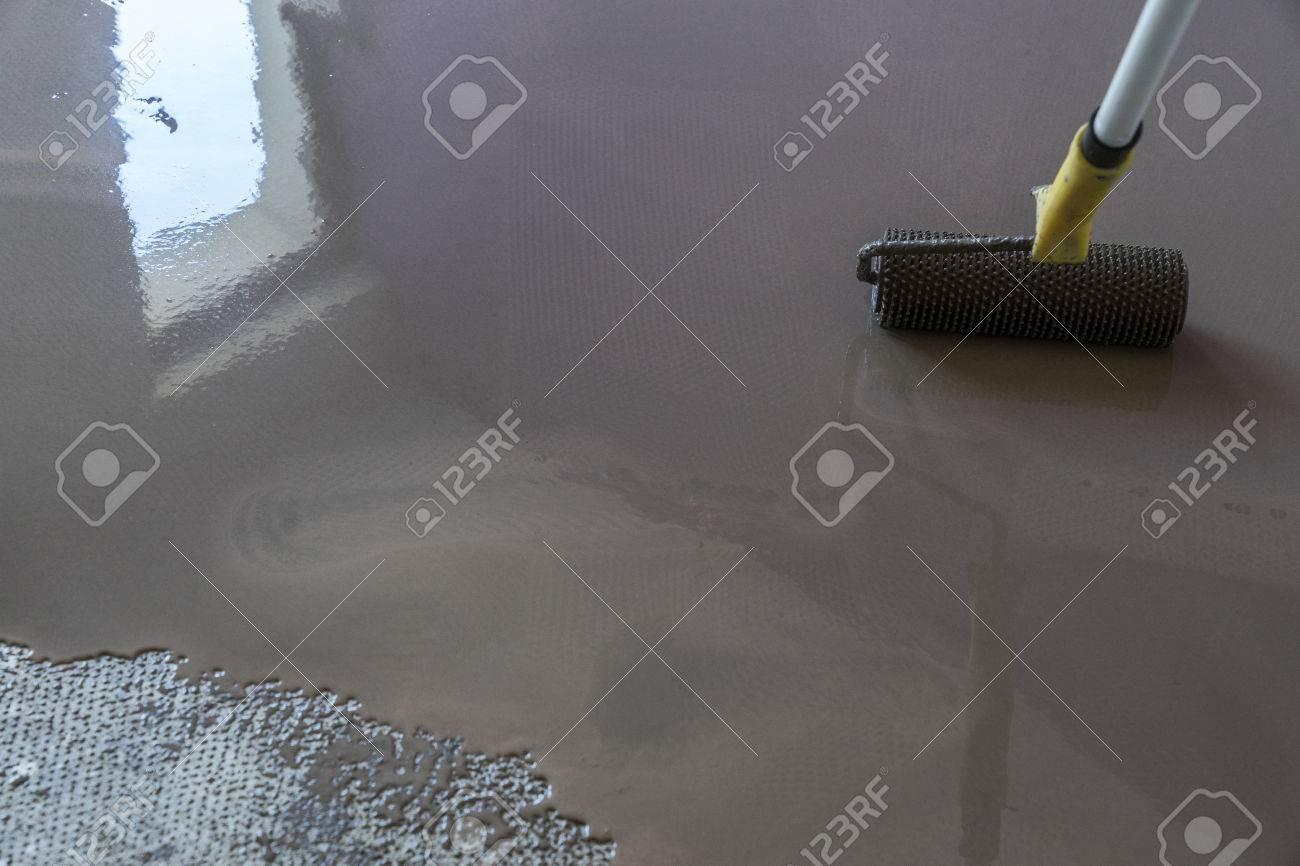 Interior De La Casa En Construccion Revestimiento De Suelo Con Yeso - Revestimiento-suelo