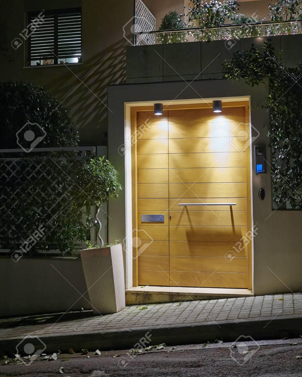 Maison contemporaine vue entrée de nuit, Athènes Grèce