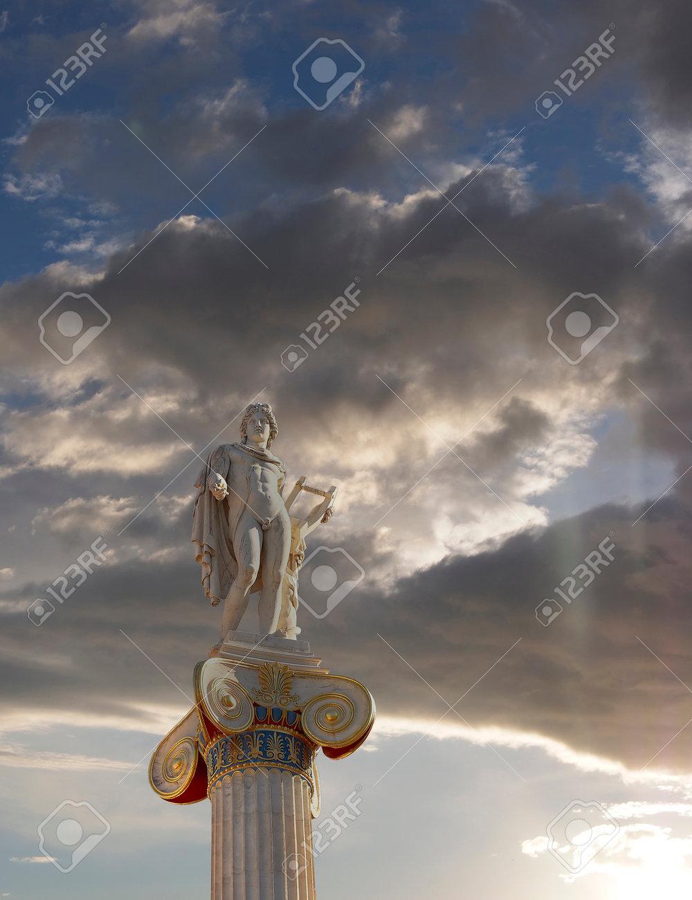 Le Lever Du Soleil à Athènes En Grèce Apollo Statue Le Dieu De La Poésie Et De La Musique