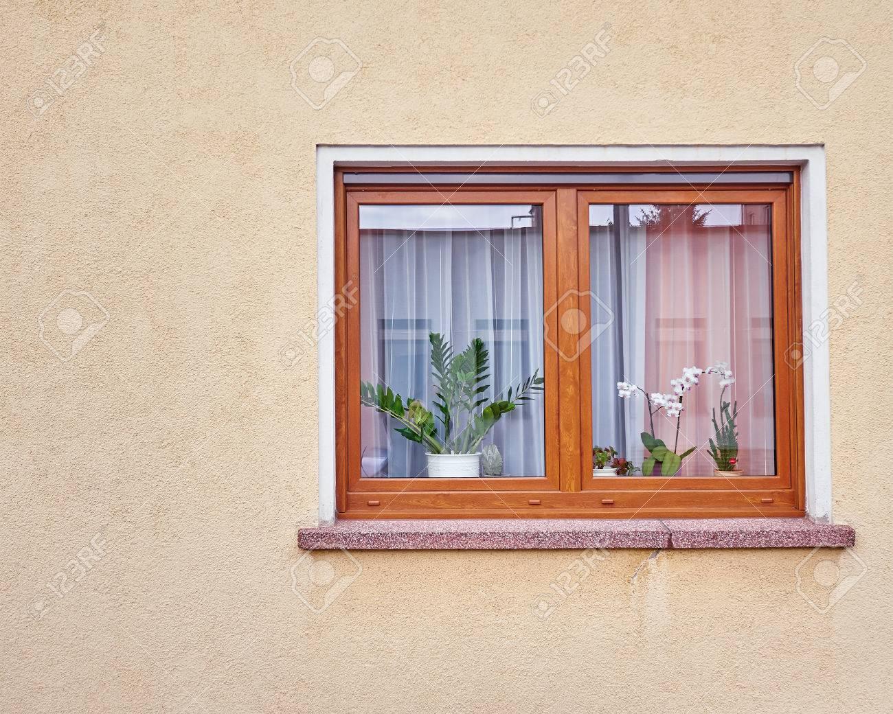 Mur Ocre fenêtre avec des fleurs sur le mur de couleur ocre banque d'images