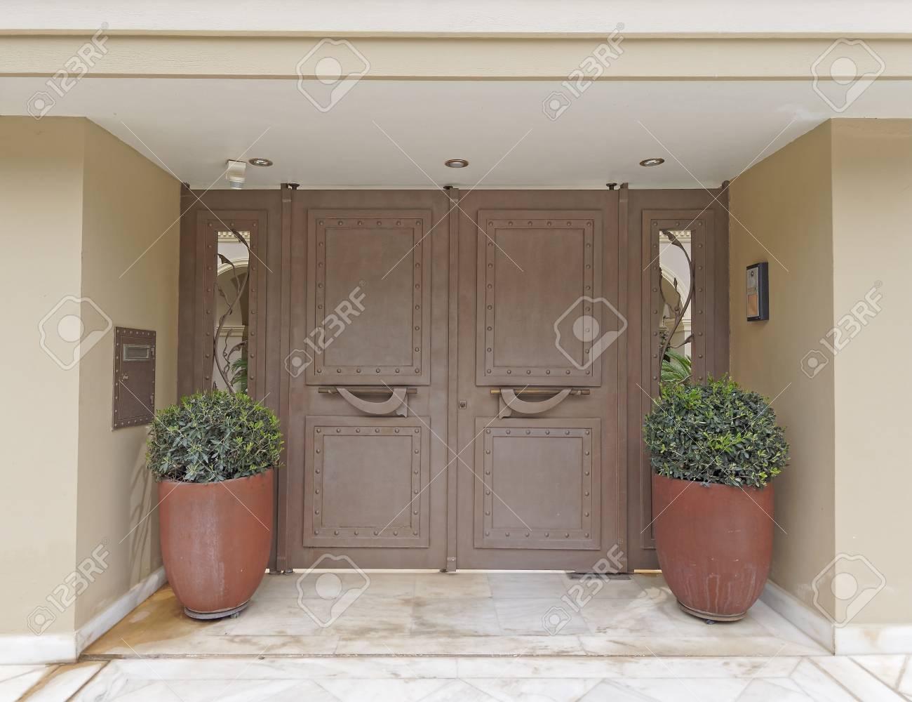 Anspruchsvoll Moderne Hauseingänge Sammlung Von Elegante Und Eingang Mit Doppel Blumentöpfe Standard-bild